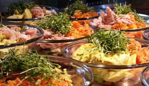 Im Energy Kitchen Restaurant gibt es sowohl vorbestückte Salatschüsseln wie auch ein Salatbuffet